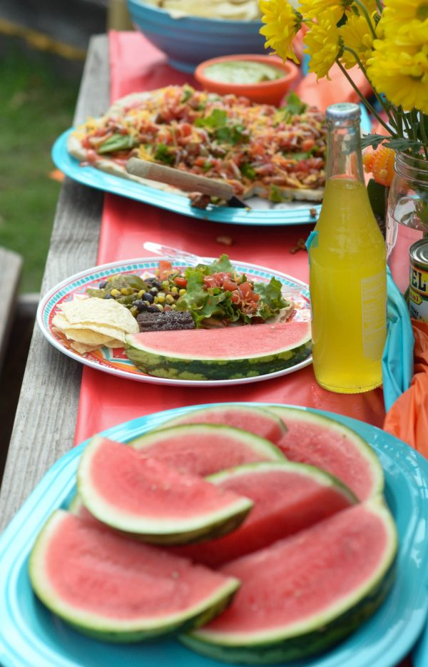 How to Host a Backyard Fiesta + Grilled Taco Flatbread #31DaysWithRotel AD